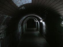 仄暗いトンネル